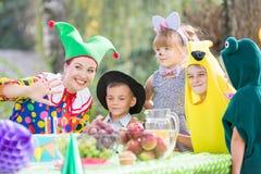 Femelle et enfants utilisant des costumes Image stock
