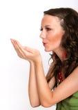 Femelle exprimant la bonté en soufflant des baisers Photographie stock libre de droits