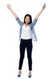 Femelle joyeuse soulevant des bras dans l'excitation photographie stock