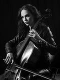 Femelle magnifique jouant le violoncelle image stock