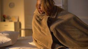 Femelle malade se situant dans la b?che de lit avec la couverture, sympt?me de fi?vre, faiblesse de grippe banque de vidéos
