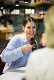 Femelle mangeant une truffe de chocolat dans un café Photos stock