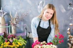 Femelle mince avec la livraison de offre de cheveux justes marchandises de offre, fleurs Image libre de droits