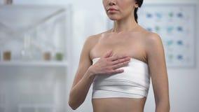 Femelle mince en douleur de souffrance de sein de compression de coffre après mammoplastie de chirurgie clips vidéos