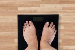 Femelle nu-pieds et échelle de poids Image libre de droits