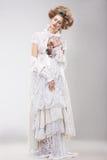 Femelle Outre magnifique en Lacy White Dress avec des fleurs Photo libre de droits