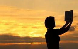 Femelle priant avec la bible #2 photos libres de droits