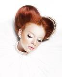 Femelle rêveuse - fille couverte de taches de rousseur principale rouge avec des perles Photos stock