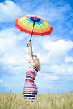 Femelle romantique avec le parapluie dans le domaine de blé Photographie stock libre de droits