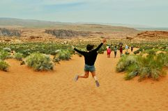 Femelle sautante dans le canyon en fer à cheval d'arround de Nationalpark, Utah images libres de droits