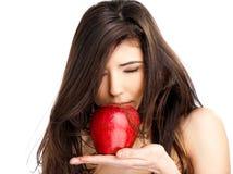 Femelle sentant la pomme rouge images libres de droits