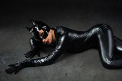 Femelle sexy dans le costume noir de catwoman Images libres de droits