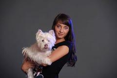 Femelle tenant le chien blanc de terrier Photos stock