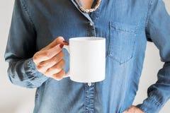 Femelle tenant une tasse de café, photographie courante dénommée de maquette Image libre de droits