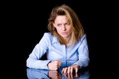 Femelle très fâchée de yougn, bureau heurté avec son poing Images stock