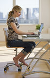 Femelle travaillant sur l'ordinateur à la maison Image stock