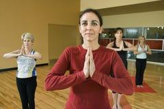 Femelles adultes dans la classe de yoga. Images stock
