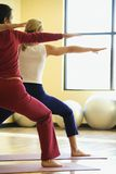 Femelles adultes dans la classe de yoga. photo stock
