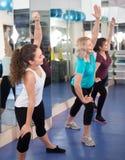 Femelles ayant la classe gymnastique dans le centre de fitness Photos libres de droits