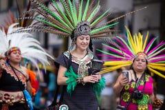 Femelles dans des costumes traditionnels aztèques images libres de droits