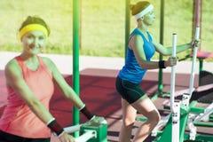 Femelles dans le bon ajustement faisant la séance d'entraînement extérieure Un athlète Looking Straight Photographie stock libre de droits