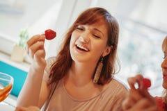 Femelles mangeant des fraises Photos stock