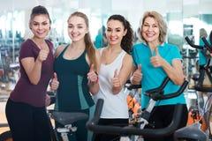 Femelles posant dans la classe aérobie pour des femmes Photos stock