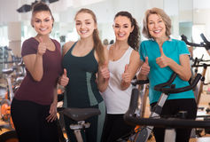 Femelles satisfaisantes de la formation différente d'âge sur des vélos d'exercice Images libres de droits