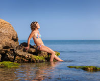 Femenino caucásico divirtiéndose en la orilla de mar Imágenes de archivo libres de regalías