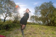 Femenino caucásico joven divirtiéndose al aire libre Imagen de archivo