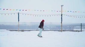 Femenino es el patinaje de hielo en la pista de hielo almacen de metraje de vídeo