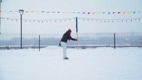 Femenino es el patinaje de hielo en la pista de patinaje de hielo almacen de metraje de vídeo
