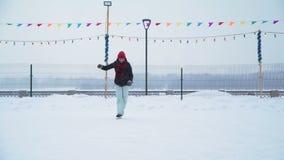 Femenino es el patinaje de hielo en revés en la pista de hielo metrajes