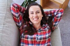 Femenino hermoso teniendo resto mientras que miente en el sofá imágenes de archivo libres de regalías