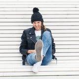 Femenino joven hermoso divirtiéndose en un banco de parque Foto de archivo libre de regalías