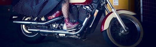 Femenino montando una motocicleta potente foto de archivo