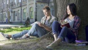 Femenino y varón que miran uno a, sonriendo, el individuo toca a la muchacha, afecto almacen de metraje de vídeo