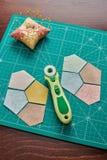 Femhörniga stycken av tyger för sömnadtäcket, traditionell patchwork som syr och vadderar tillbehör royaltyfria bilder