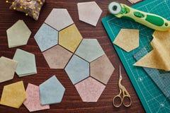 Femhörniga stycken av tyger för sömnadtäcket, traditionell patchwork som syr och vadderar tillbehör fotografering för bildbyråer