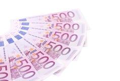 Femhundra euroanmärkningar som arrangera i rak linje i en fan. Arkivfoton