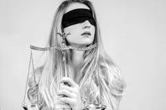 Femida, déesse de justice avec des échelles images stock