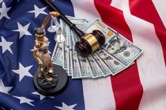 femida, Dollar, Hammer und Flagge stockbild