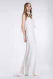 femininity Gulligt anseende för ung kvinna i den vita klänningen royaltyfri fotografi