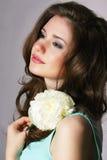 femininity Ärlig brunett med den vita pionen Arkivbilder