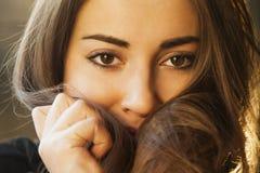 femininity Skönhetstående av en ung härlig brunettflicka w fotografering för bildbyråer