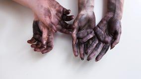 Feminismo duro da emancipação do trabalho da mulher das mãos sujas fotografia de stock