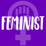 Feminist - hand dragit bokstäveruttryck om kvinnan, flicka, kvinnlig, feminism på den violetta bakgrunden Roligt borstefärgpulver vektor illustrationer