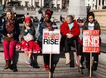 Feministiska förkämpar och personer som protesterar på en samla Royaltyfri Bild