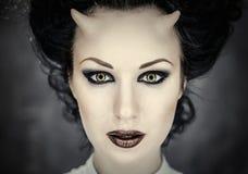 Femme à cornes avec le renivellement lumineux photos stock