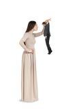 Femme à examiner le petit homme photographie stock libre de droits